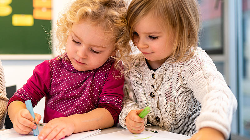 Nahaufnahmen von zwei Kleinkindern beim Malen